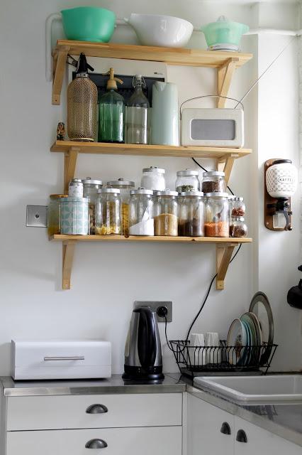otwarte półki w kuchni, mała kuchnia, otwarte półki