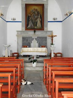 kot na posadzce w kościele katolickim Mykonos