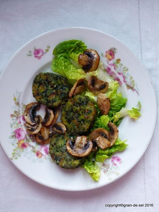 evergreen als vorspeise salat mit spinat serviettenkn del und pilzen salzkorn meine gartenk che. Black Bedroom Furniture Sets. Home Design Ideas