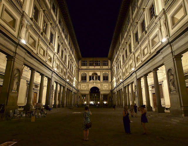 Galleria degli Uffizi durante a noite