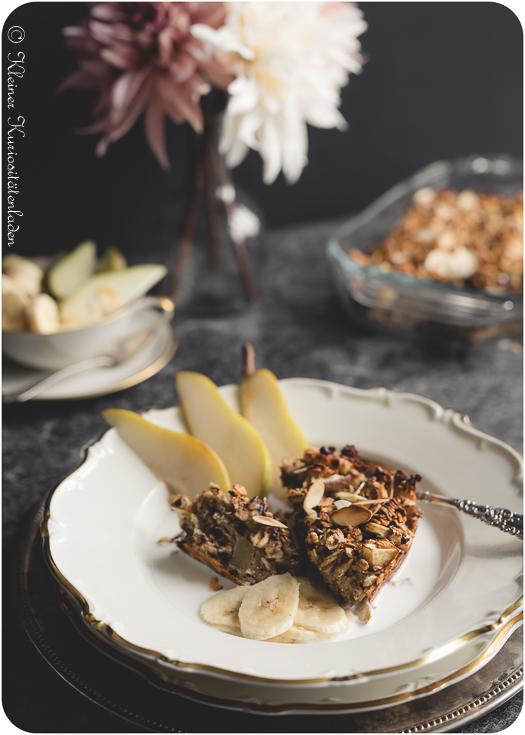 Gebackenes Frühstücksmüsli mit Bananen und Birne