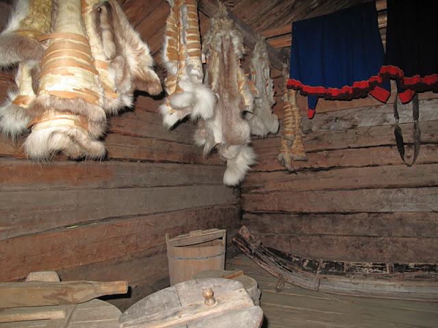 En el interior de casas típicas en el Museo al aire libre en la isla Bygdøy (Oslo, Noruega)