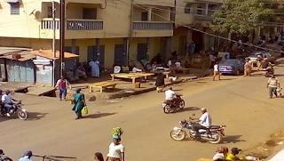 GUINEE, A KINDIA  :  LES BOUTIQUES RESTENT TOUJOURS FERMEES  Suite au mot d'ordre de grève lancé ce lundi par les centrales