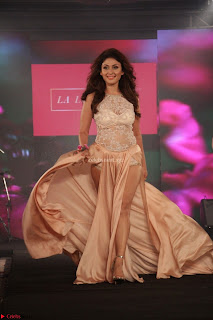 Manjari Phadnis Walks the Ramp At Designer Nidhi Munim Summer Collection Fashion Week (11).JPG