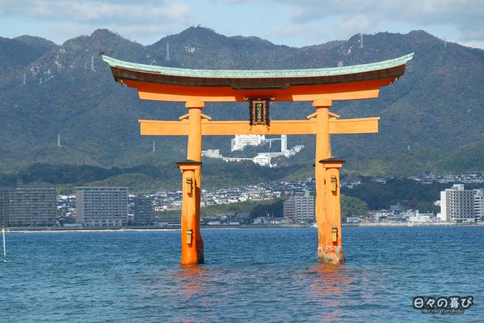 Vue sur le torii depuis le sanctuaire Itsukushima, Miyajima, Hiroshima-ken