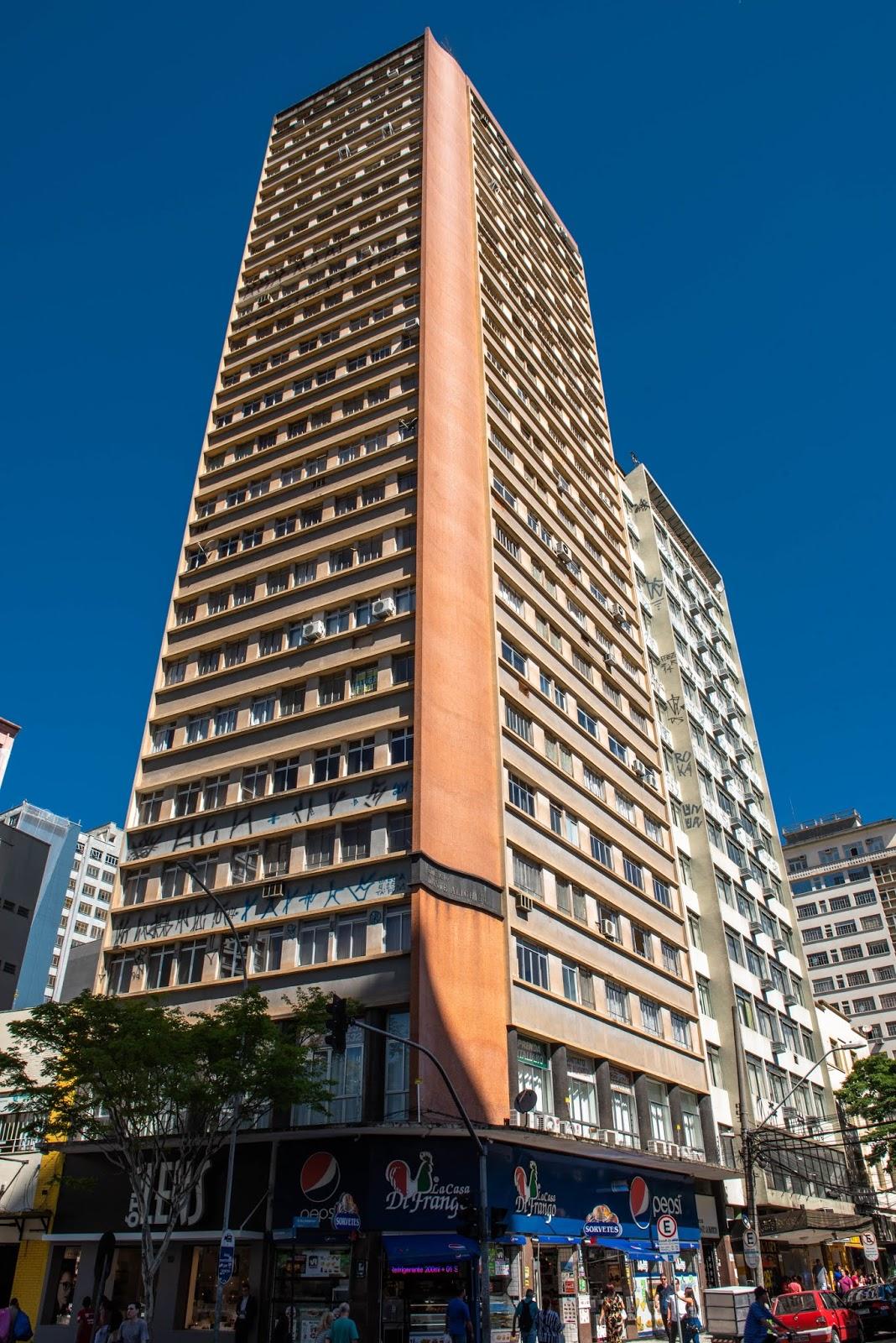 458dba73e25 Hoje publico os prédios que circundam essa pequena praça do centro de  Curitiba que normalmente é mais um local de passagem. Há alguns prédios  importantes ...