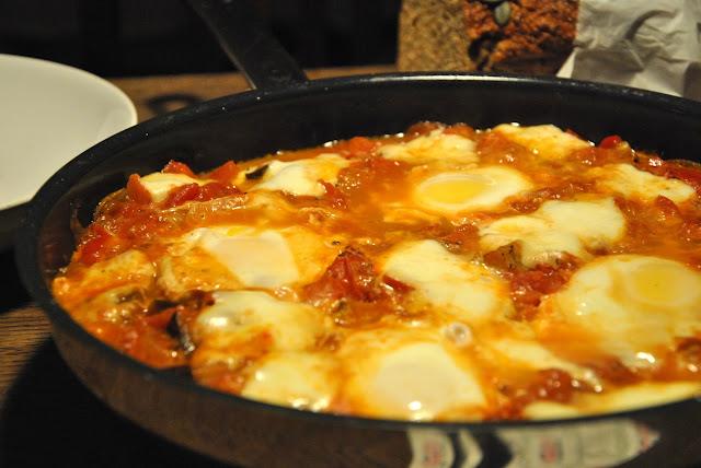 Shakshuka mit Paprika, Tomaten, Aubergine, Ei und Mozzarella