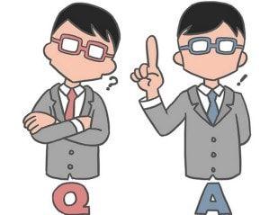 Escoger una carrera. Caricatura de dos muñecos pensando o decidiendo, uno de brazos cruzados con un signo de interrogación y una q, el otro con una letra a y una exclamación