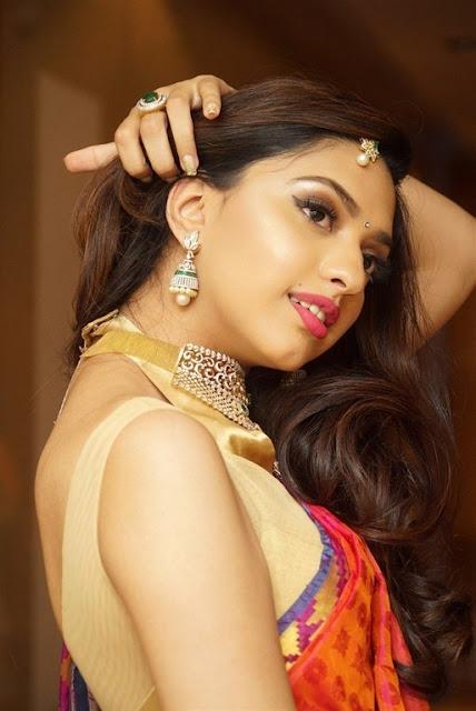 Model hot armpits pics in sleeveless blouse mannat singh