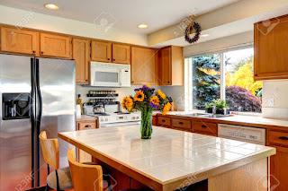 cucina con fiori freschi immagine