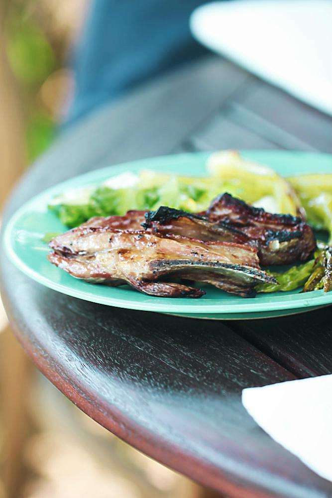 Grüner Spargel aus dem Dutch Oven + Lammrippchen vom Grill [outdoor cooking]  | Arthurs Tochter kocht von Astrid Paul. Der Blog für food, wine, travel & love