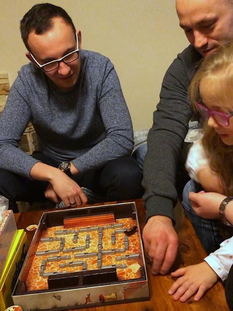 Razem w świecie gier - dlaczego warto grać w planszówki (nie tylko) podczas ferii?