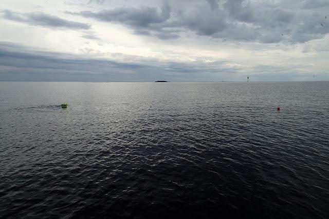 Sukelluspoiju meressä.