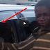طفل مشرد اقترب من سيارة ليطلب حسنة.. فرأى مشهد جعله ينفجر بالبكاء قصة صورة محزنة وملهمة .
