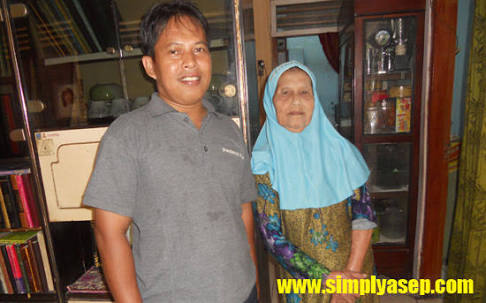 Saya bersama Almarhumah Ibu. Foto ini diambil sekitar tahun 2014 yang lalu saat saya sekeluarga mudik ke Bekasi. Foto dokumen keluarga