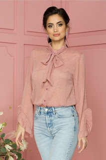Bluza Seila roz cu buline cu volan la maneci si cordon la gat