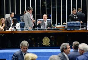Mesa do Senado não cumpre liminar do STF e mantém Renan