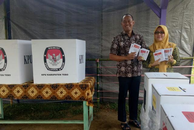 Sukandar dan Istri Nyoblos di TPS 15 Tebing Tinggi