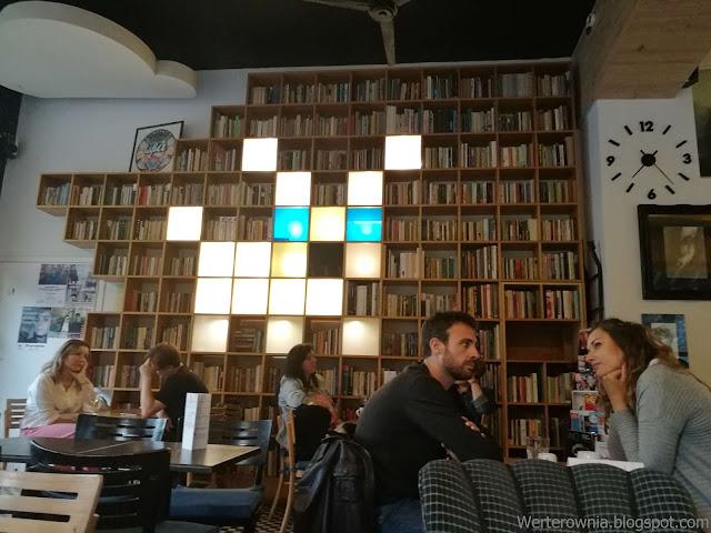 Wystrój kawiarni literackiej