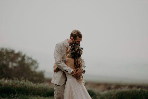Boda en Wind Wolves Preserve novios abrazo