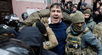 Активісти відбили Саакашвілі у СБУ та прокуратури під час арешту.
