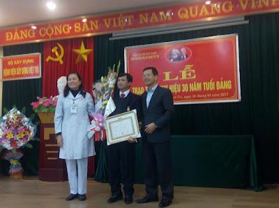 Lễ trao huy hiệu Đảng cho Đồng chí Vũ Quốc Dũng tại Bệnh viện Xây dựng Việt Trì