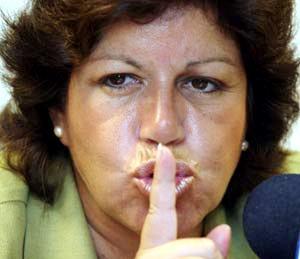 Lourdes Flores Nano dice silencio con las manos