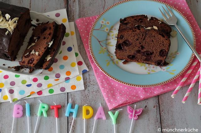 Saftiger Mohrenkuchen mit Kirschen und Kirschsaft überzogen mit Schokolade.