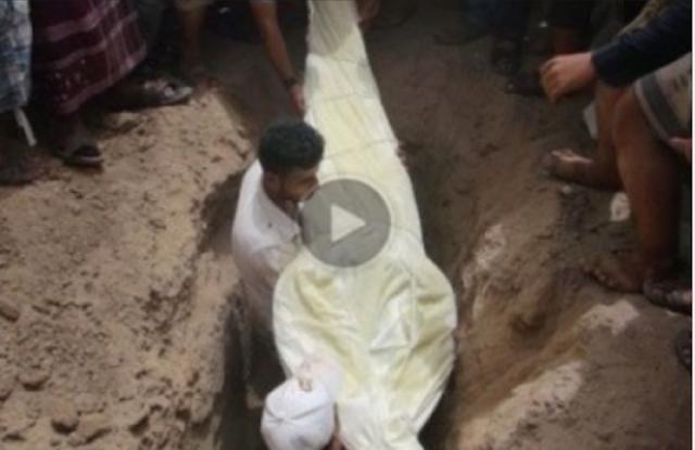 مفاجئة صادمة بعد أن دفن والدته قرر البقاء إلى أن ذهب الجميع وبعد ساعات ... فعل هذا الرجل مع والدته مالا يفعله الشيطان ولا يفكر فيها