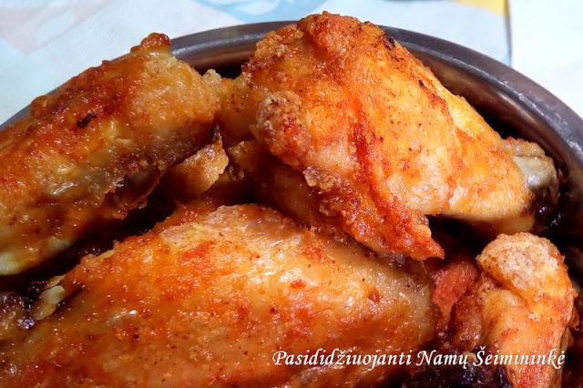 RECEPTAS: Buffalo stiliaus vištienos sparneliai kepti orkaitėje (mažiau kalorijų)