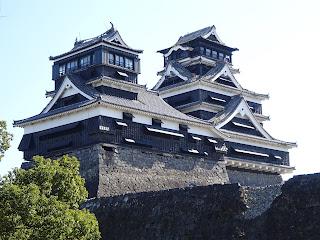 地震後に熊本城の加藤神社から見る天守閣