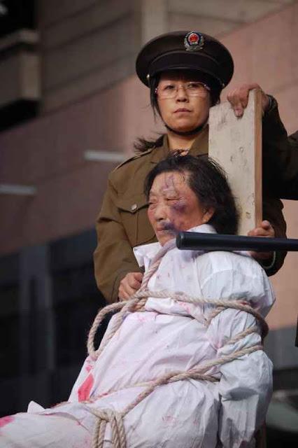 Manifestantes encenam sessão de tortura na China