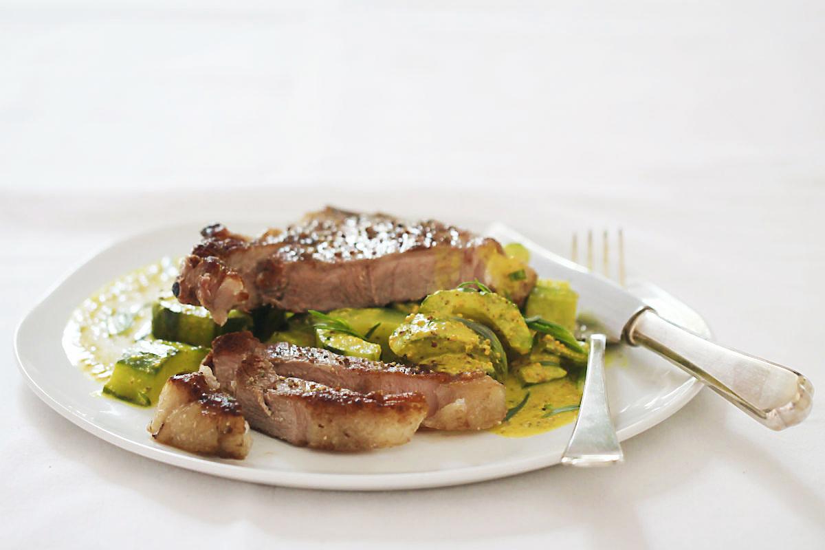 Schmorgurke in Mostrichsauce mit Verjus und Estragon plus Kalbskotelett  | Arthurs Tochter kocht von Astrid Paul. Der Blog für food, wine, travel & love