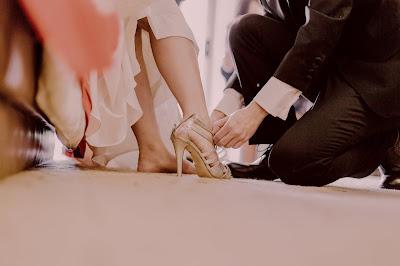 Probándose zapatos de novia