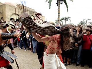 Tierra Sante, din Buenos Aires, conduce evenimente live de re-crucificare alături de membrii îmbrăcați în costume tradiționale - fotografia a fost preluată din site-ul ChristianPost.com