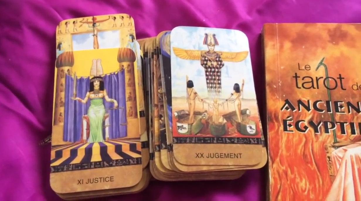 Quelques cartes du jeu de tarot égyptien, classé numéro 5 des jeux de tarot divinatoire
