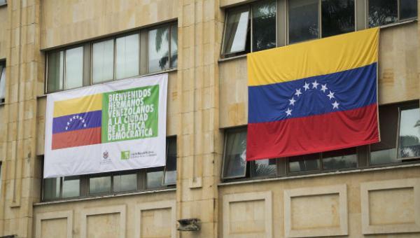 Alcaldía de Bucaramanga despliega bandera venezolana para recibir a migrantes  NOTICIAS