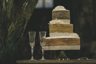 Copas para el brindis y tarta de boda