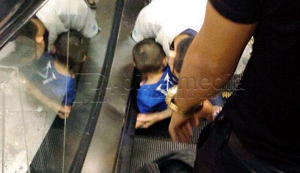 gambar tersepit tangan di escalator, tersepit tangan, escalator, budak 2 tahun