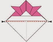 Bước 8: Dùng kéo cắt từ 2 bên góc giấy theo chiều ngoài vào trong. Ta không cắt rời miếng giấy ra, để lại cách tâm giấy vài cm