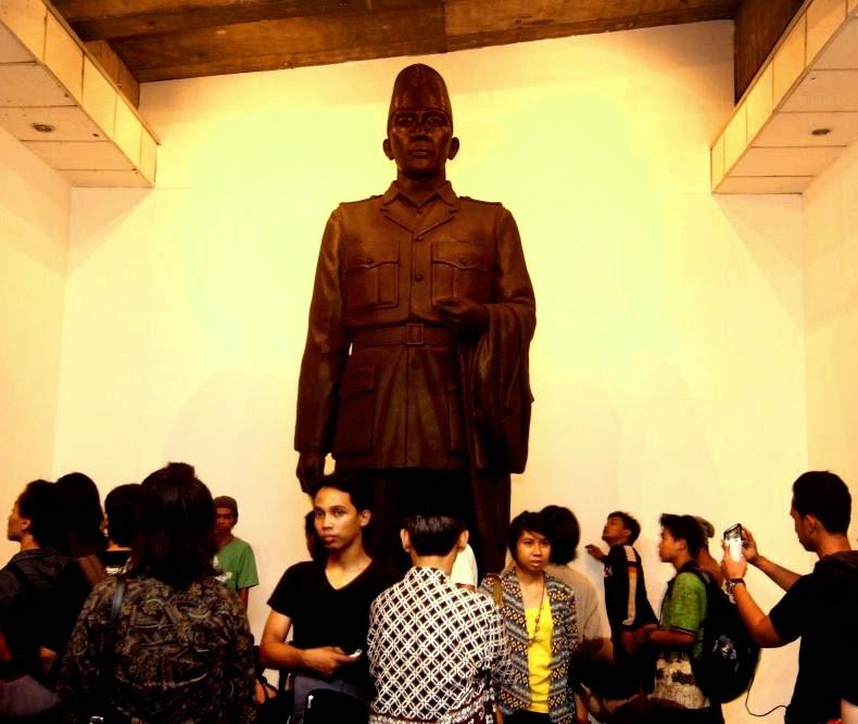 Patung Bung Karno diantara muda mudi 4c19b9db9e