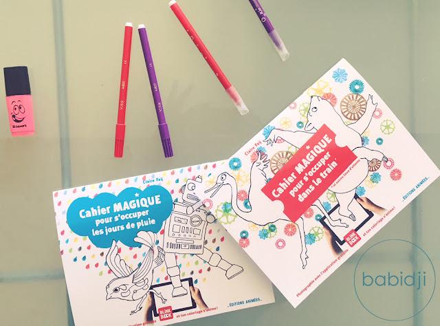 cahiers magiques de coloriage pour enfants posés sur une table avec des feutres