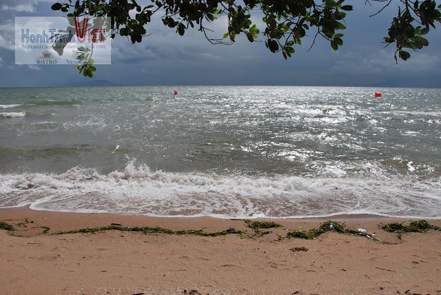 Bãi biển tại Đào Thỏ - một ngày mùa mưa