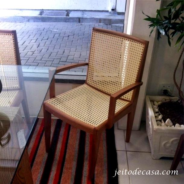 cadeira madeira natural e palhinha com braço