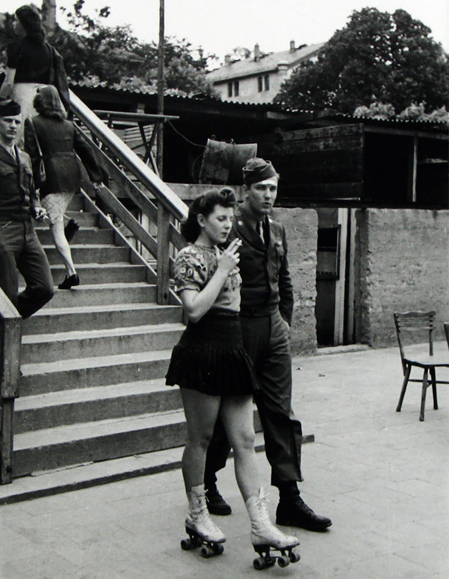 60 + 1 Heart-Warming Historical Pictures That Illustrate Love During War - A Young Woman On Roller Skates And Her Soldier Honey, 1940s