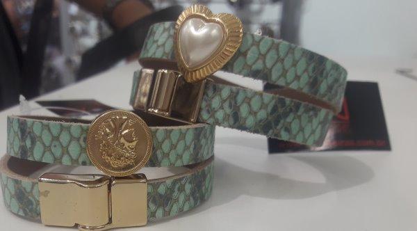 be6db6483 Para finalizar, vale registrar que as pulseiras continuam com tudo. A  Bijoias trouxe uma variedade incrível delas.