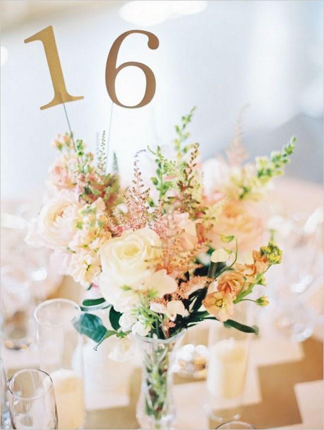 centros de mesa con números de mesa