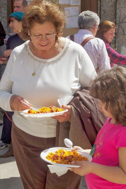 mi madre y mi hija degustando migas tradicionales en el hornillo, avila