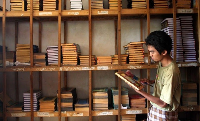 santri membersihkan koleksi Kitab Kuning di Pondok Pesantren Petuk, Kediri, Jawa Timur