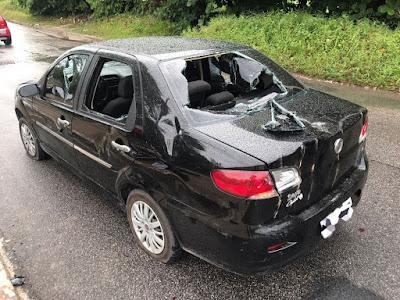 Enfurecido após se envolver em acidente, motoqueiro destrói carro em João Pessoa